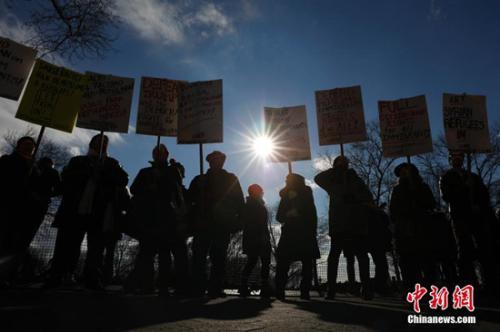 资料图:当地时间1月29日,数千名纽约民众在纽约炮台公园集会,抗议美国总统特朗普签署的关于限制移民的行政命令。 <a target='_blank' href='http://www.chinanews.com/'>中新社</a>记者 廖攀 摄