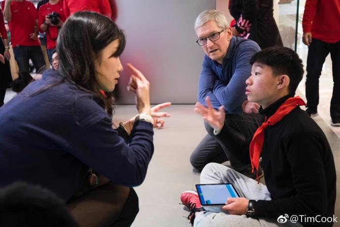 库克在上海为苹果AR站台:参观小学 与开发者见面