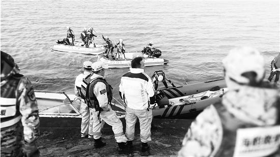 杭州湾海域6人失踪 直升机、无人机空中搜寻