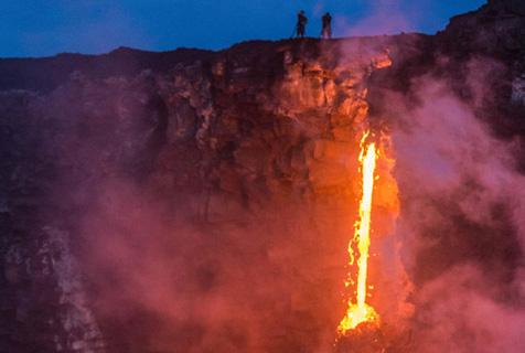 摄影师冒死拍基拉韦厄火山 脚下熔岩翻涌