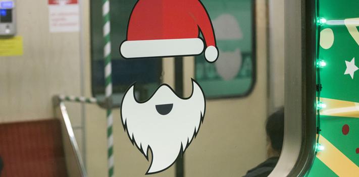 华沙地铁迎圣诞 列车装饰华丽