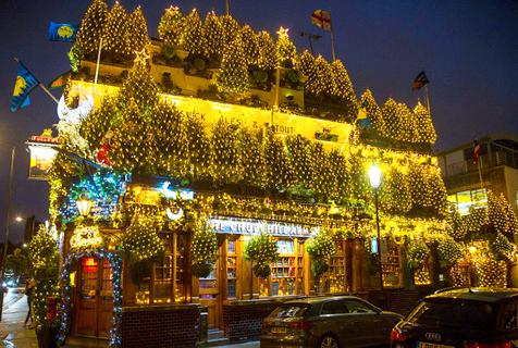 英酒吧被90棵圣诞树包裹 节日气氛浓厚