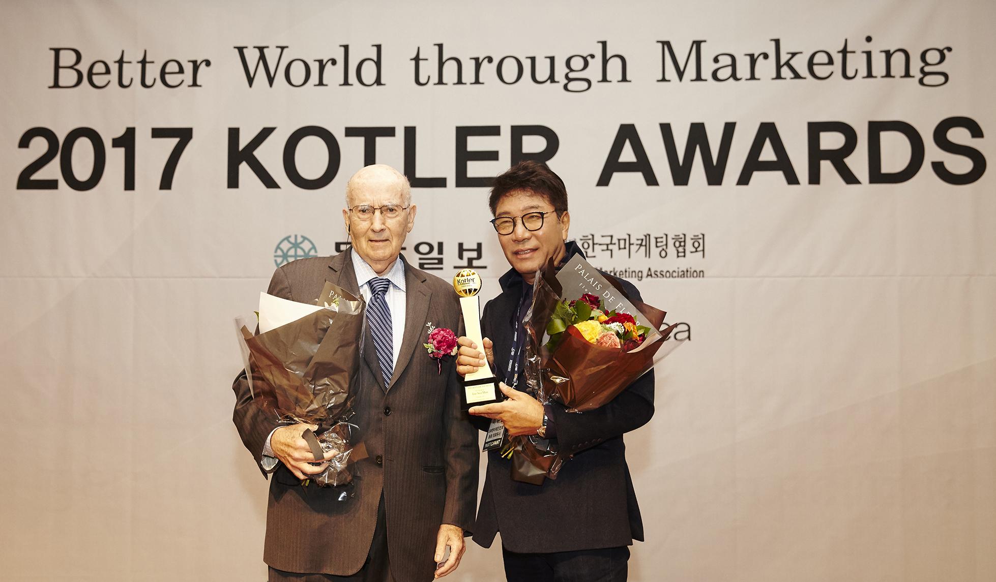 """SM总制作人李秀满 被2017 Kotler Awards授予""""最佳经营者奖"""""""
