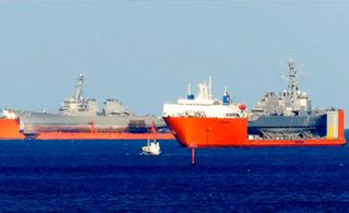 画面好尴尬:美军两艘被撞驱逐舰海上相遇