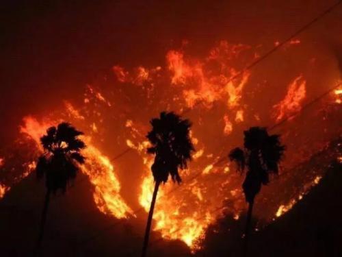 大火遮天蔽日。