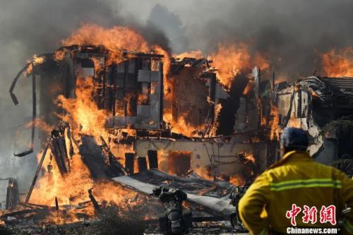 加州范杜拉县一栋民宅正被大火包围。