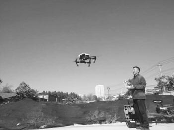无人机在离地面2米处失去控制 那一刻,他徒手抓住