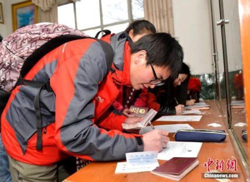 资料图:中国游客办理出国签证。
