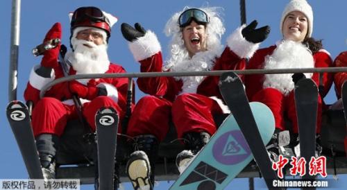圣诞老人欢聚美国缅因小镇 扎堆滑雪献爱心