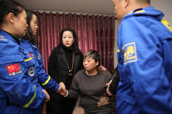 救援队员救人时遇难 获救老人家属长跪吊唁