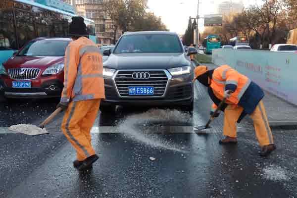 济南一马路水管爆裂 满地积水结冰