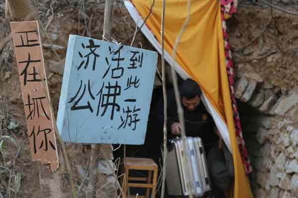 济南流浪男蜗居洞穴数月 自称在修行
