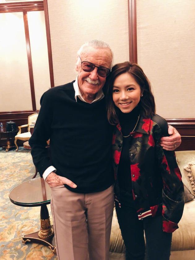 邓紫棋与Stan Lee亲密合影 直呼感觉有了超能力