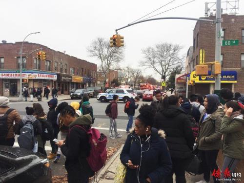 中国侨网大批学生在罗斯福高中两个街区外的路口处等候。(美国《侨报》/高诗云 摄)