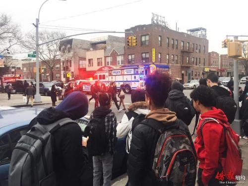 多部紧急车辆在校门口严阵以待。(美国《侨报》/高诗云 摄)