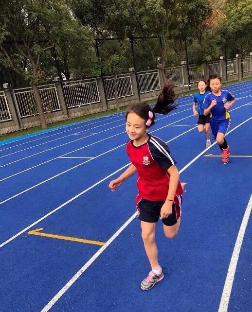 风一样的女子!森碟代表学校参加跑步比赛 大长腿夺目