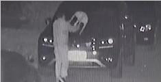 男子深夜抡凳猛砸豪车