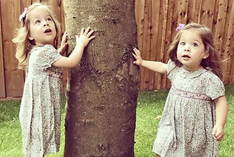 """神复制!双胞胎姐妹""""撞脸""""夏洛特小公主"""