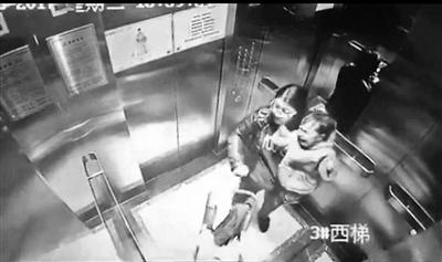 保姆电梯内连捶幼儿12下 事发郑州保姆已被拘留
