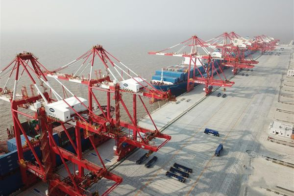 全球最大自动化码头上海洋山港四期开港试运营