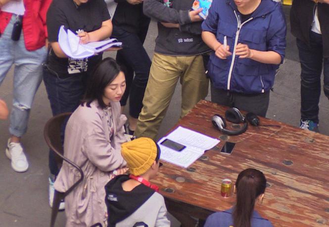 白百何拍新戏看剧本 托腮与工作人员热聊