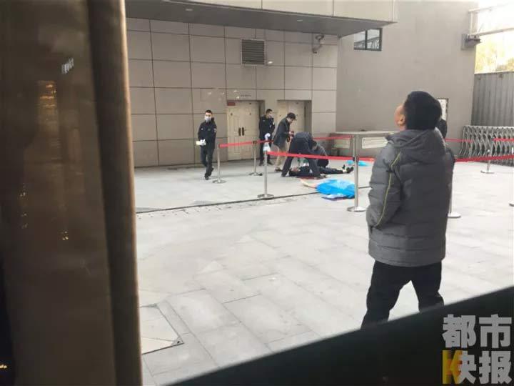 陕西一保安被从高层坠下的女子砸中 两人双双身亡
