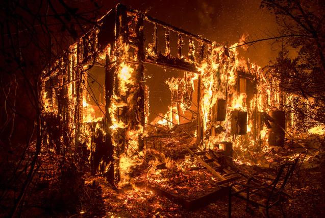 """环球图片一周精选 美国加州爆发""""地狱式""""山火"""