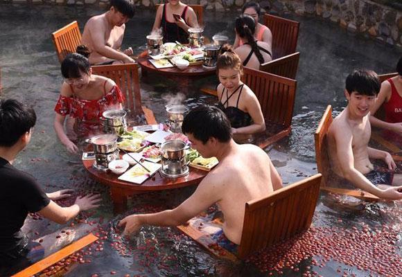 杭州市民温泉里涮养生火锅抗寒冬