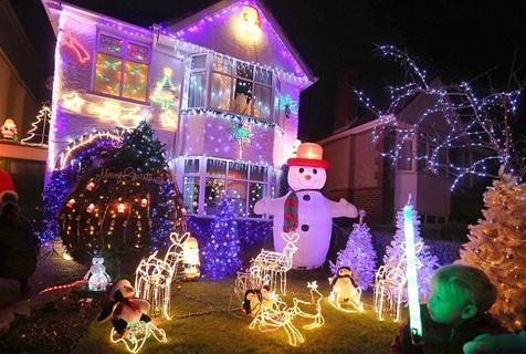炫目!英国一街道张灯结彩喜迎圣诞