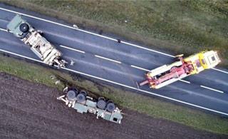 美国军车波兰出糗 一辆侧翻一辆陷淤泥动弹不得