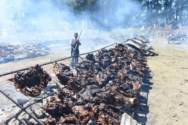 吃货狂欢!乌拉圭民众烤16.5吨肉试图破纪录