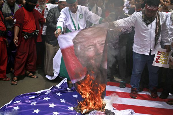 印尼民众举行反美抗议活动 怒烧特朗普画像及美国旗