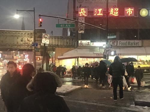 美媒:声东击西偷钱包 纽约非裔惯犯频对华人女性下手