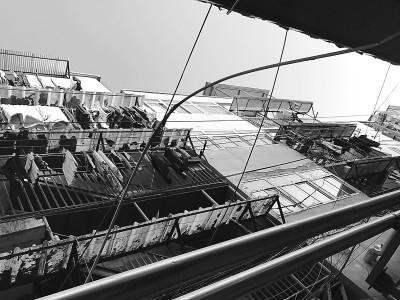 探访北京三环群租楼:房间摞快递箱 楼道摆煤气罐