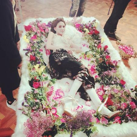 昆凌躺在花堆中露铅笔腿 粉丝却感觉不吉利