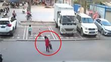 男童被撞倒在马路 仅7岁同伴施救