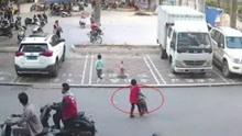 """幼童被三轮车撞倒 7岁""""红衣男孩""""奋力抢救"""