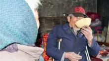 7旬奶奶嫁给瘫痪大爷 一杯粥也只给他喝
