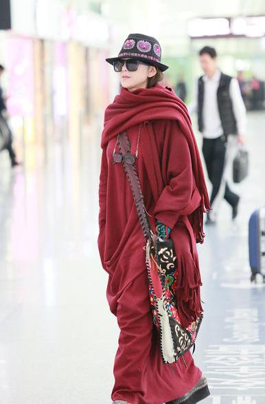 道骨仙风!59岁杨丽萍民族风装扮个性抢眼