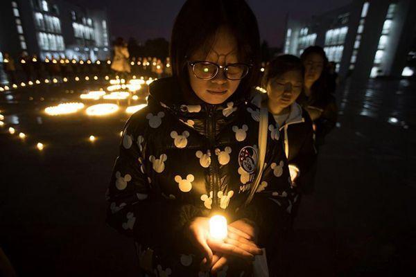南京大学生烛光祭奠30万遇难同胞