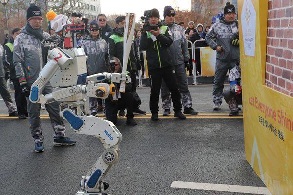 韩国机器人HUBO传递平昌冬奥圣火
