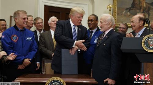 特朗普称美宇航员将重返月球 为登陆火星打基础