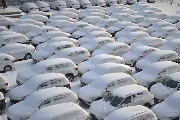 """哈尔滨迎大雪 停车场车辆变""""冰雕"""""""
