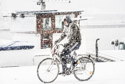 荷兰鹿特丹降大雪 民众骑车出行成雪人