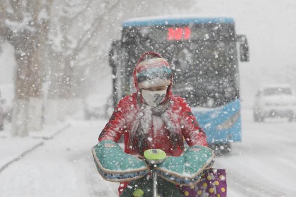 山东烟台遭暴雪袭击 民众艰难出行