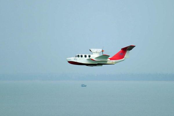 """国产""""会飞的船""""亮相南海 时速210公里"""