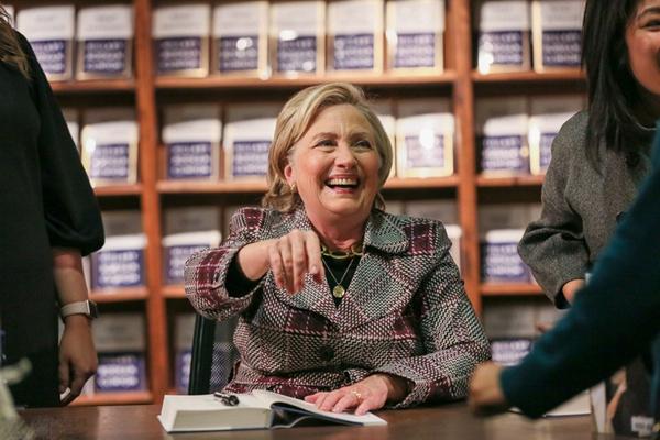 希拉里现身丹佛出席新书签售会 与读者互动变大笑姑婆