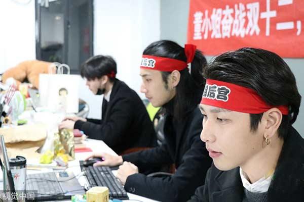 """杭州95后小鲜肉陪聊师月入上万 每天""""接待""""上百名单身女"""