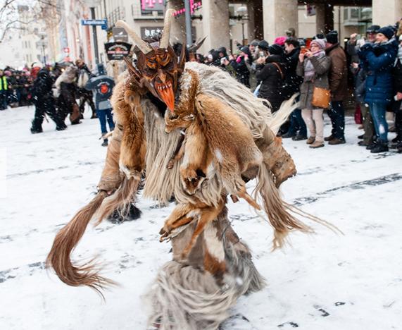 """德国慕尼黑""""恶鬼总动员""""圣诞市场游行"""