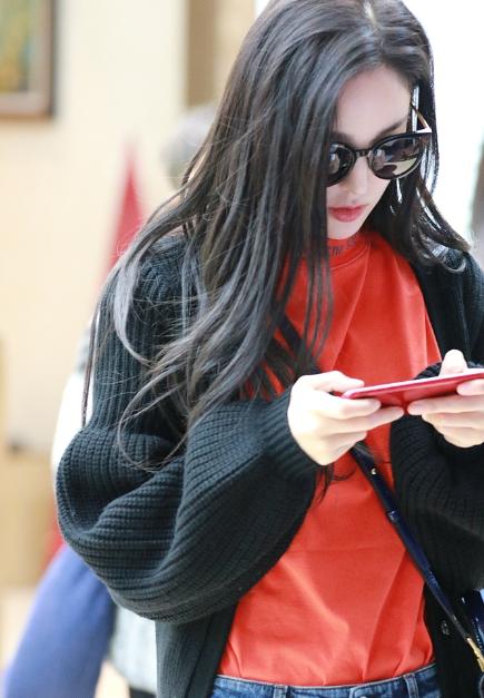 古力娜扎变网瘾少女 手机不离手疑在打游戏